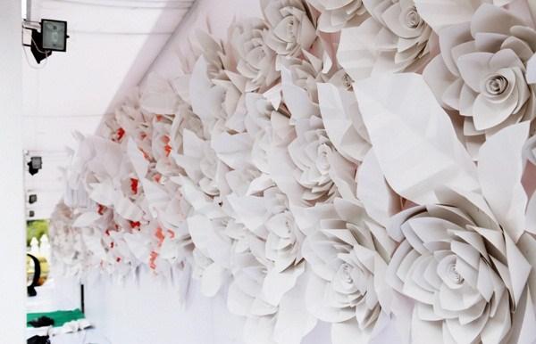 Buc tuong hoa an tuong hon 200 bong hoa giay handmade tai khu trien lam DFS 11