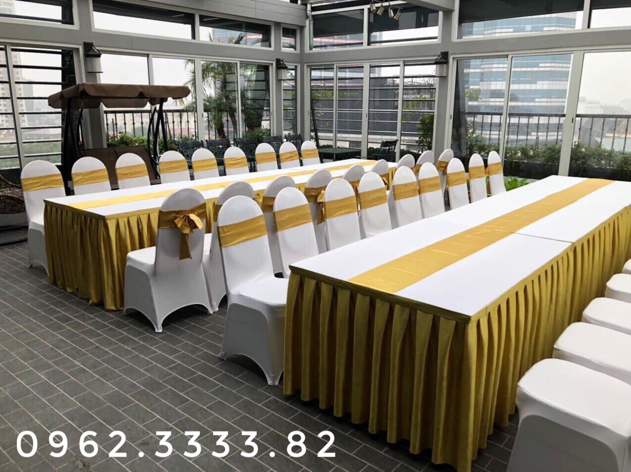 Cho thuê bàn ghế benquyt váy trắng + nơ Vàng
